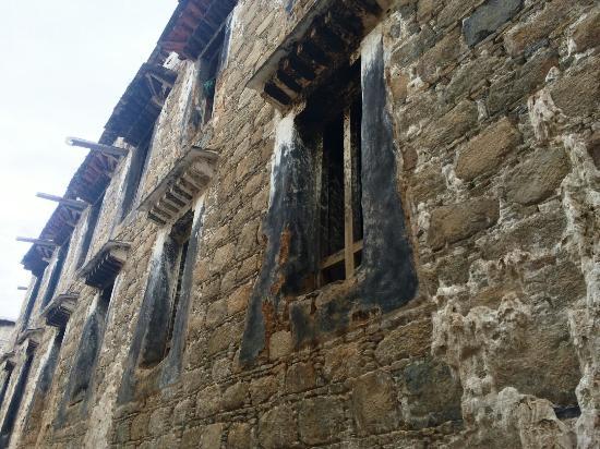 Gyaca County, China: 古老的墙壁