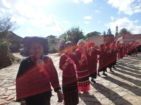 Wengding Wa Nationality Gregarious Village: 夹道欢迎