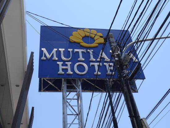Mutiara Hotel: 路边标示