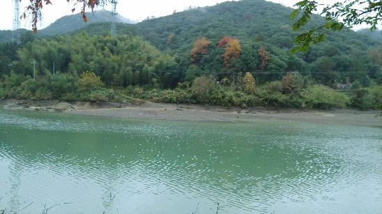 Shitai County, Chiny: 饭店前面的秋浦河