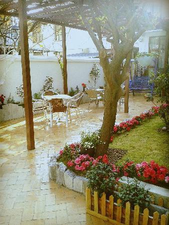 611 Cafe Garden Guest House