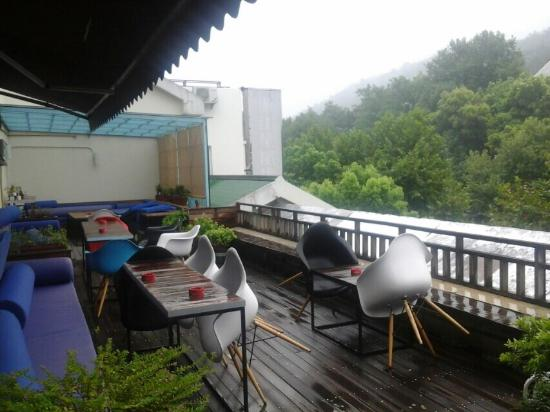 Hangzhou UU Hotel : The terrace on the fourth floor in the rain, lovely plants