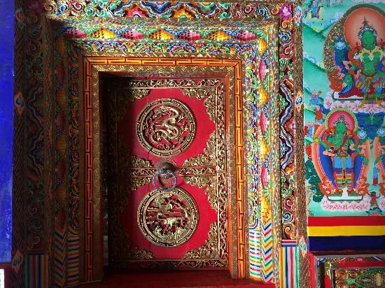 Gongga Temple: 美丽的木门