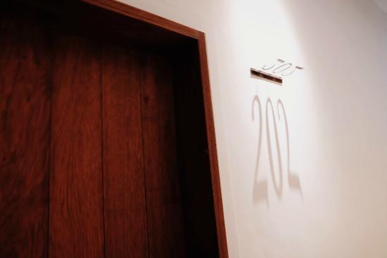 Apple Room Hostel : 房间号是投影,很有意思