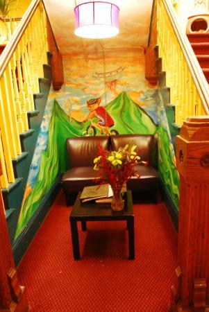 USA Hostels San Diego: 旅舍前台对面的沙发