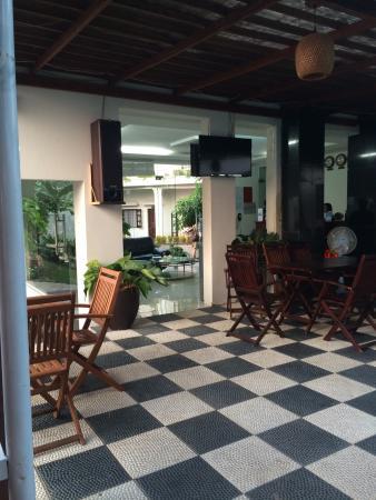 Lavita Hotel: 早餐厅围绕泳池泳池很小