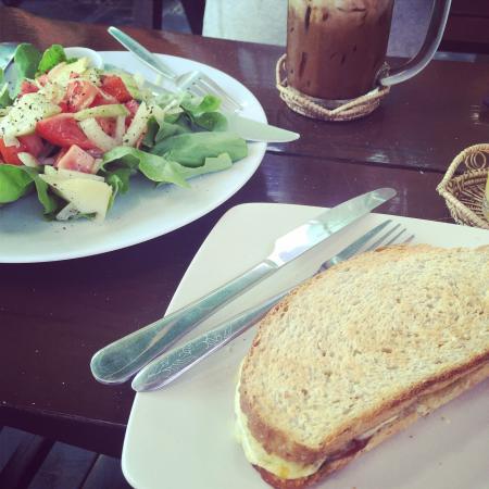Peak Cafe : 美味的意大利萨拉米香肠和油橄榄三明治,芒果奶昔。