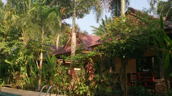 Sunda Resort: 泳池旁边的房间