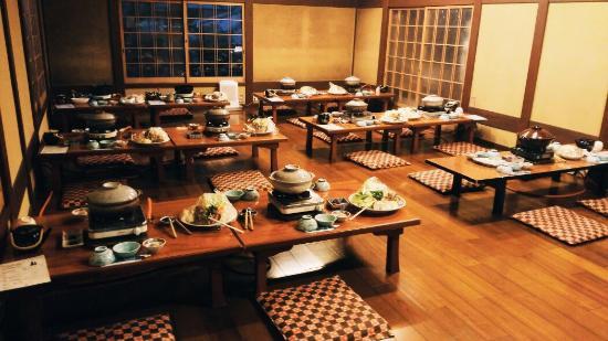 โอฮาระโนะซาโต้: 美味的晚餐 大家来自五湖四海 都穿着民俗提供的和服睡衣 一起用餐的感觉有点古代门客的感觉。