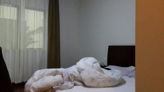 Rongyue Hotel: 房间宽敞,设施陈旧,窗户外面是个封闭的天井。