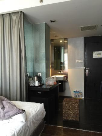 FX Hotel Beijing Yansha: 第一次住的是燕莎店 网上下单257块是无窗房 ,到了现场才又取消改为有窗标间贵些 隠約有烟味不喜欢 但总体还行