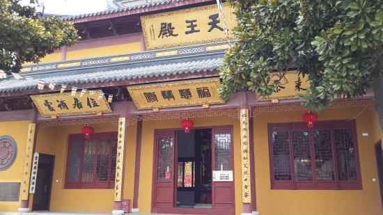 Chongming County, Китай: 位于大门正中的天王殿