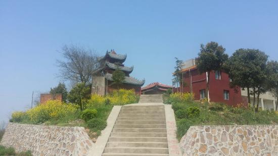 湖南省安乡县: 又登黄山头,山还是这座山,碑还是这个碑,一切都没有变,变的是山上的寺庙修大了,山下的小镇变的漂亮繁华了。