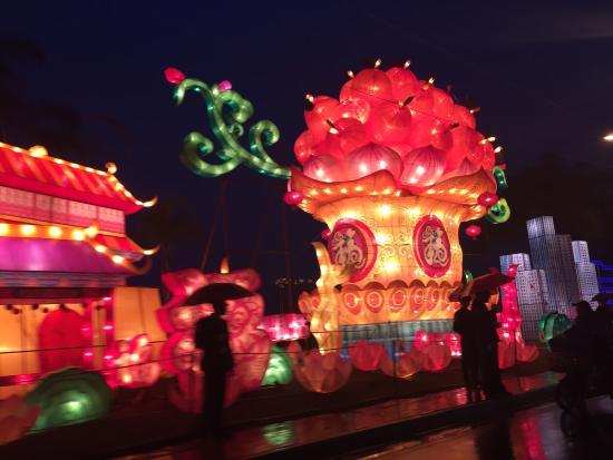 the Minjiang River: 江滨花灯