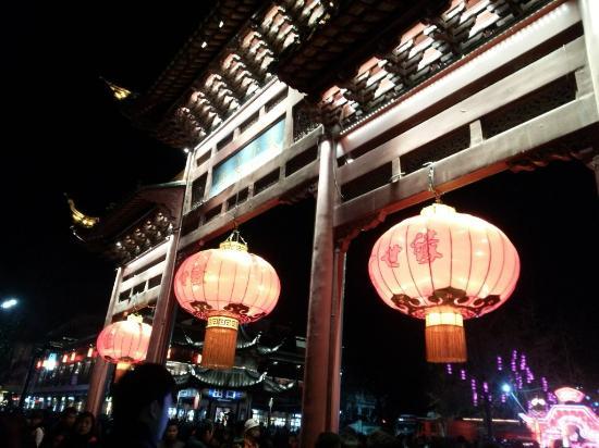 Dacheng Temple : 大成殿的牌楼