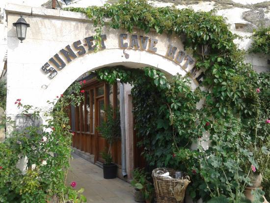 Sunset Cave Hotel: 酒店大门