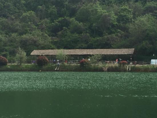 Jiutianfeng Resort: 湖边烧烤屋