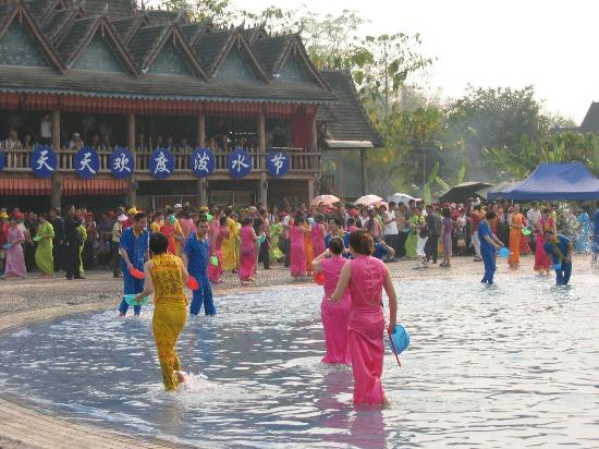Xishuangbanna Dai Nationality Garden: 傣族园泼水狂欢节目