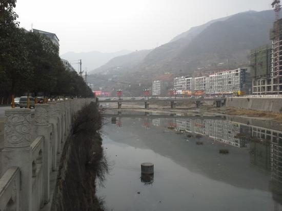 Wanyuan, Chine: 酒店傍后河新桥路口