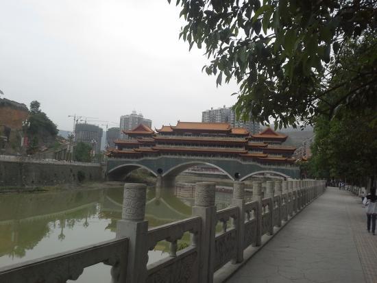 Wanyuan, Chine: 酒店50米附近--万源廊桥