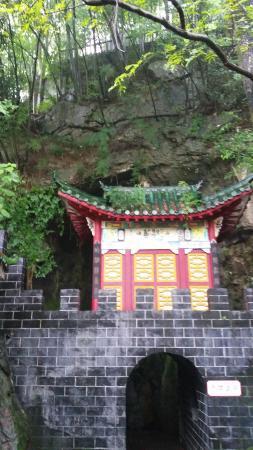 Xianning, Chine : 非常美妙的一次旅行,说走就走,蜿蜒曲折的洞穴,原始的森林,云雾缭绕的大山,人迹罕至的道观,语重心长的道长!太开心了,所以世之瑰怪险远之境,非有志者不能近!