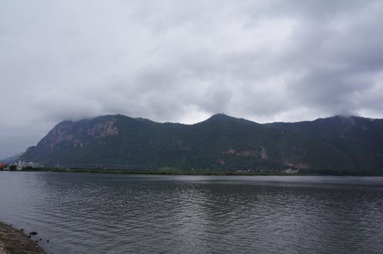 Dian Lake (Dian Chi): 滇池和对面的西山