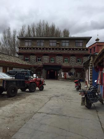 Daocheng Drolma's Guest House: 大院,虽然有点村。