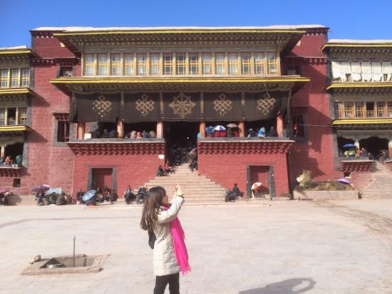 Qamdo County, China: 一个藏传佛教的圣地----昌都强巴林寺,位于昌都镇内的昂曲和杂曲两水交汇处,它巍峨地依附在横断山脉之之下,耸立在古冰河切割而成的红壤层上。该寺是由宗喀巴弟子喜绕松布于公元 1444年创建的。