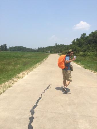 Volcanic Island Scenic Resort of Fangchenggang: 下了公交车,地图上说走两公里我去,我们只是走了三公里才到码头,周边路标也不明显。坑爹呀