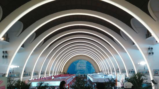 Shanghai Exhibition Center: 内部建筑
