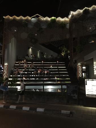 Char Char Bar & Grill: 特别喜欢阶梯的设计,人很多。可以观看水明漾的街市。