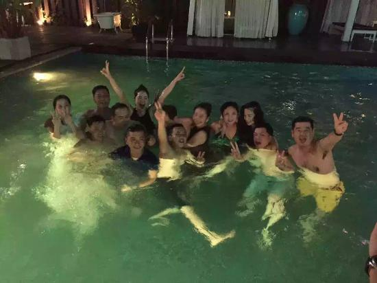 Wave Hotel: Pool party