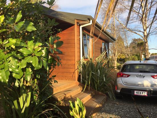 Birchwood Cottages: 虽然沿街,但到晚上基本没有什么噪音。小屋内布置很别致,最主要的,竟然有微波炉和调料!完自己做饭毫无问题。