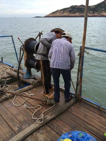Xiapu County, China: 在看船老大自己下的网