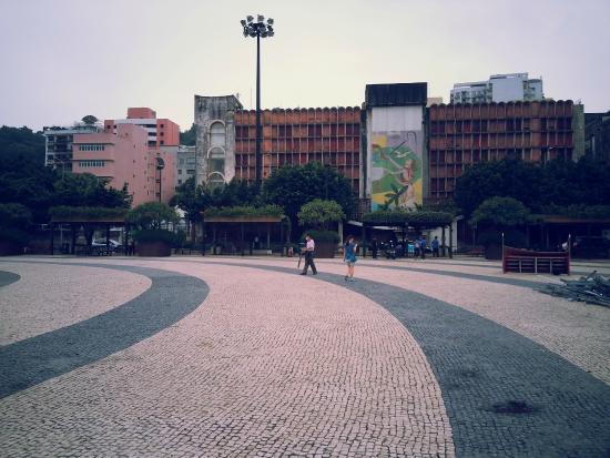 Tashi Square: 阴天的广场
