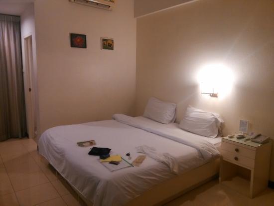 JL Bangkok: 大床是两个单人床拼的,中间有条楞