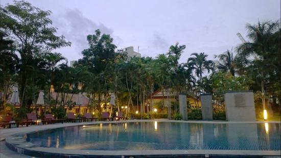 Deevana Patong Resort & Spa : 游泳池很不错,很干净,旁边还有淋雨设施