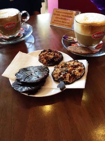 Godollo, Ουγγαρία: 这个巧克力甜点很赞啊!咖啡还ok!店铺在路口,还算好找!不错!