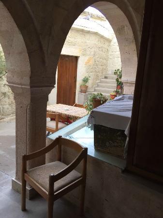 Safran Cave Hotel: 酒店2楼房间外面的休息桌椅