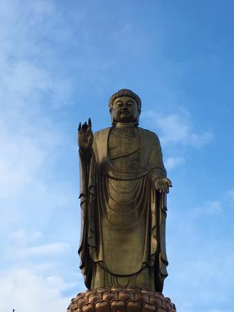Lushan County, Kina: 十二月 肃穆的美 虽然上了很多台阶 但是山色美极了 大佛脚下很宏伟 只是可能要提前买好香火 大佛景区里面管理和寺庙相比不是很完善