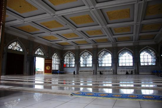 Kaiyuan, China: 另外一个较小的殿,如果礼拜的人不多,则男子在大殿,女子在这个较小的殿分别做礼拜