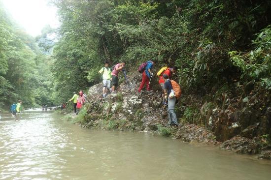 Yongjia County, الصين: 水深处攀石而过