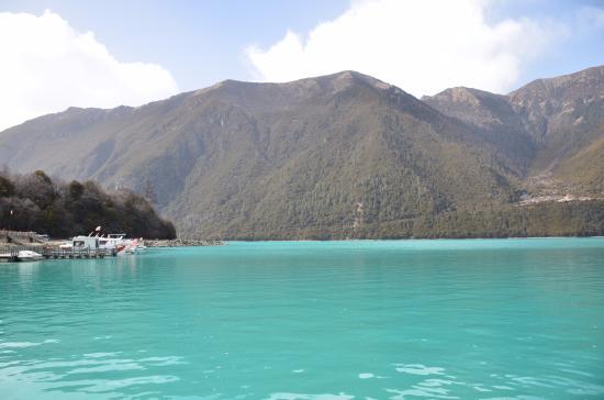 Gongbo'gyamda County, China: 蓝绿的湖水