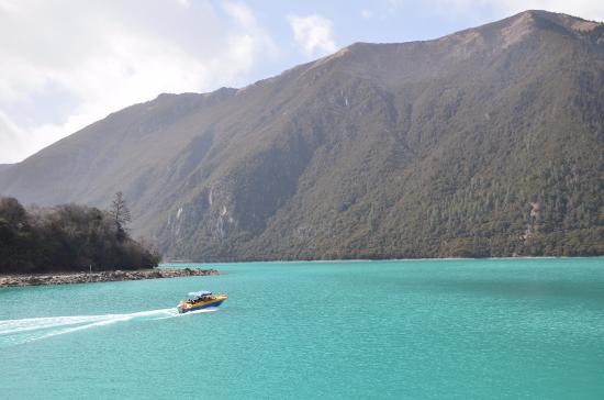 Gongbo'gyamda County, China: 湖上的游船