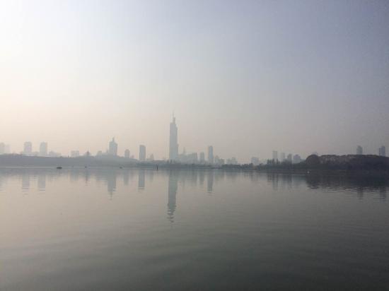 Nanjing Lovers' Garden: 阳光下的玄武湖