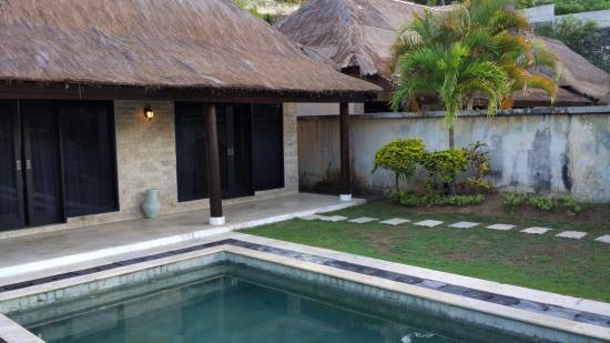Ocean Blue Bali: 院子里的泳池