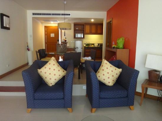 套房的客厅和厨房