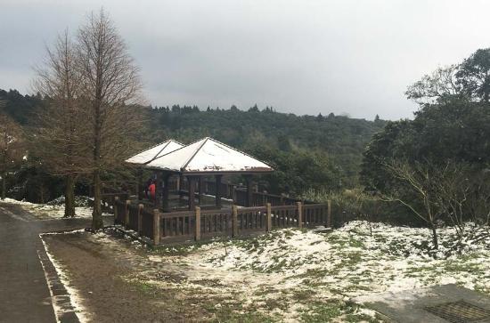 Niunai (Milky) Lake: 冷水坑景点的残雪