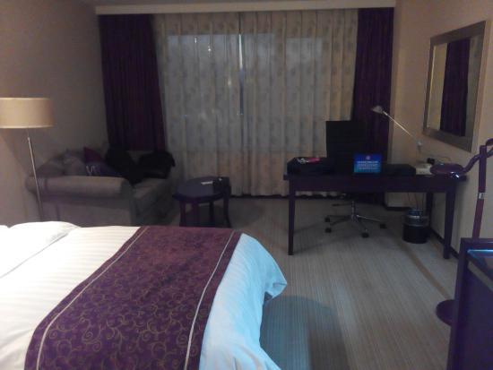 Jinlongtan Hotel: 很宽敞,还有浴缸