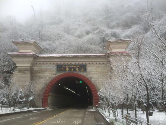 Tianquan County, China: 二郎山白色的面容